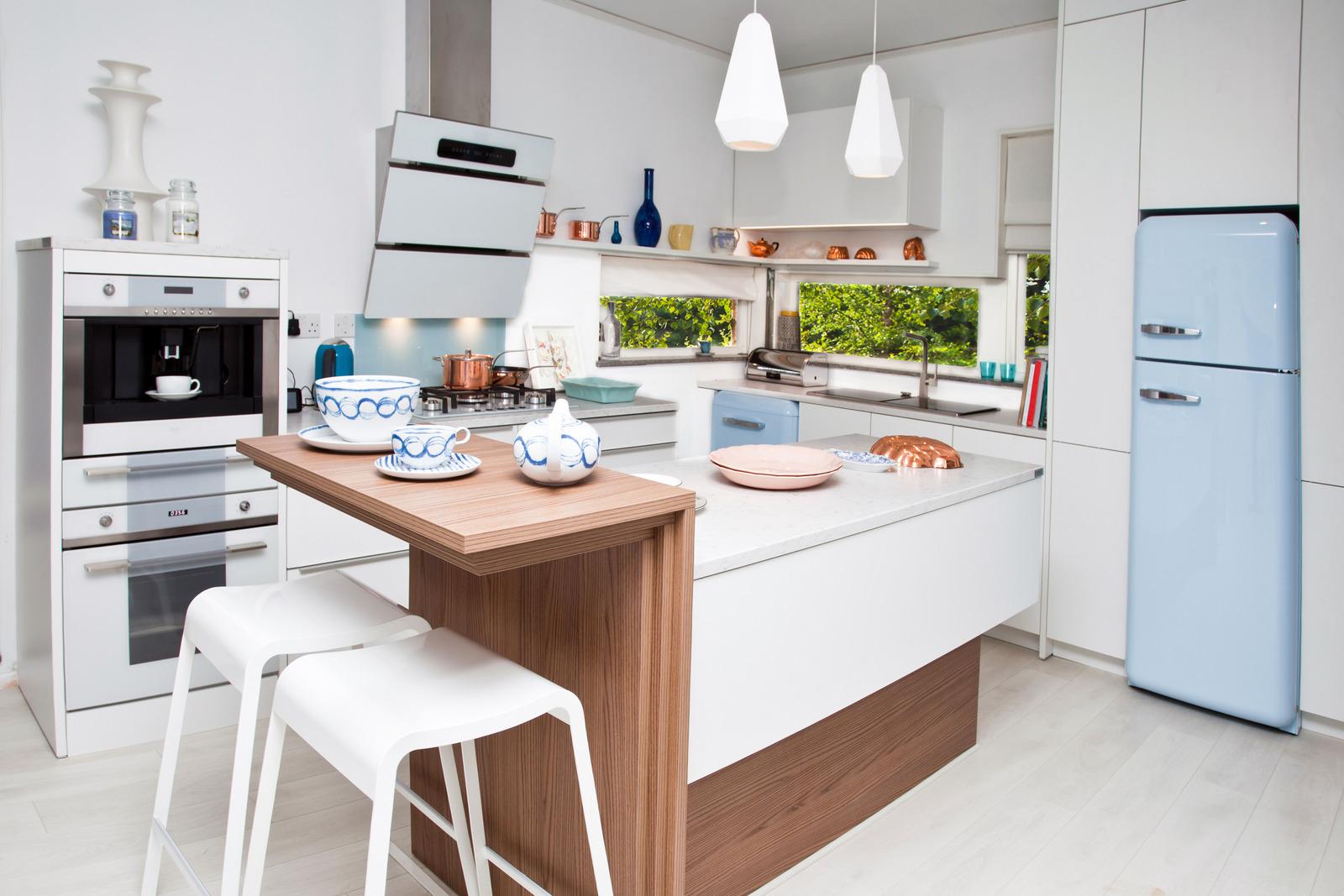 Lite kjøkken med praktisk kjøkkenøy