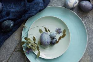 Blå påskeegg på frokostbordet