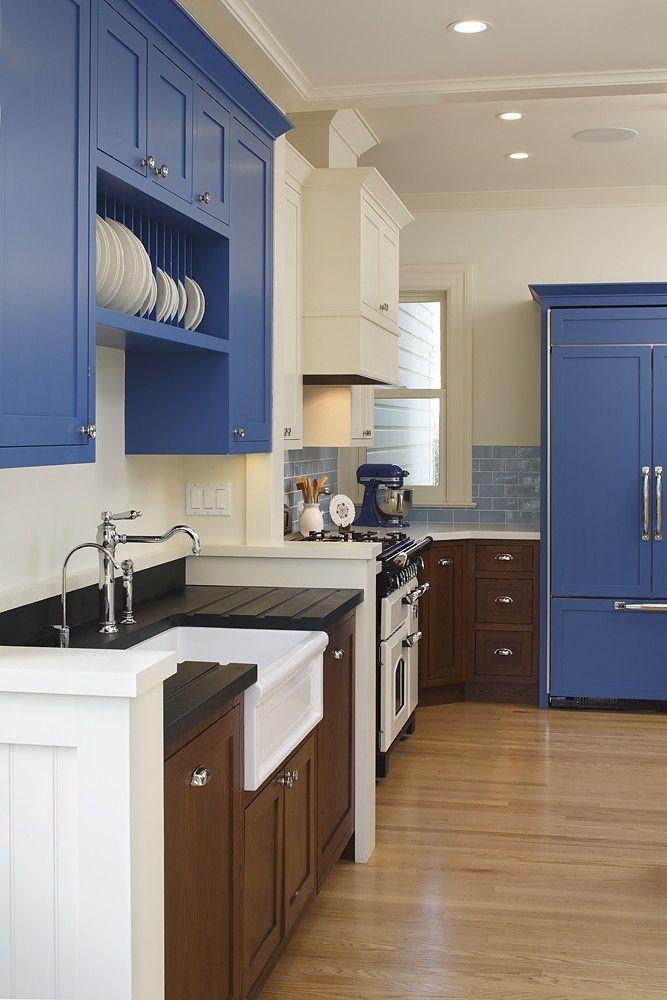 Blå og brun maling på kjøkkenet