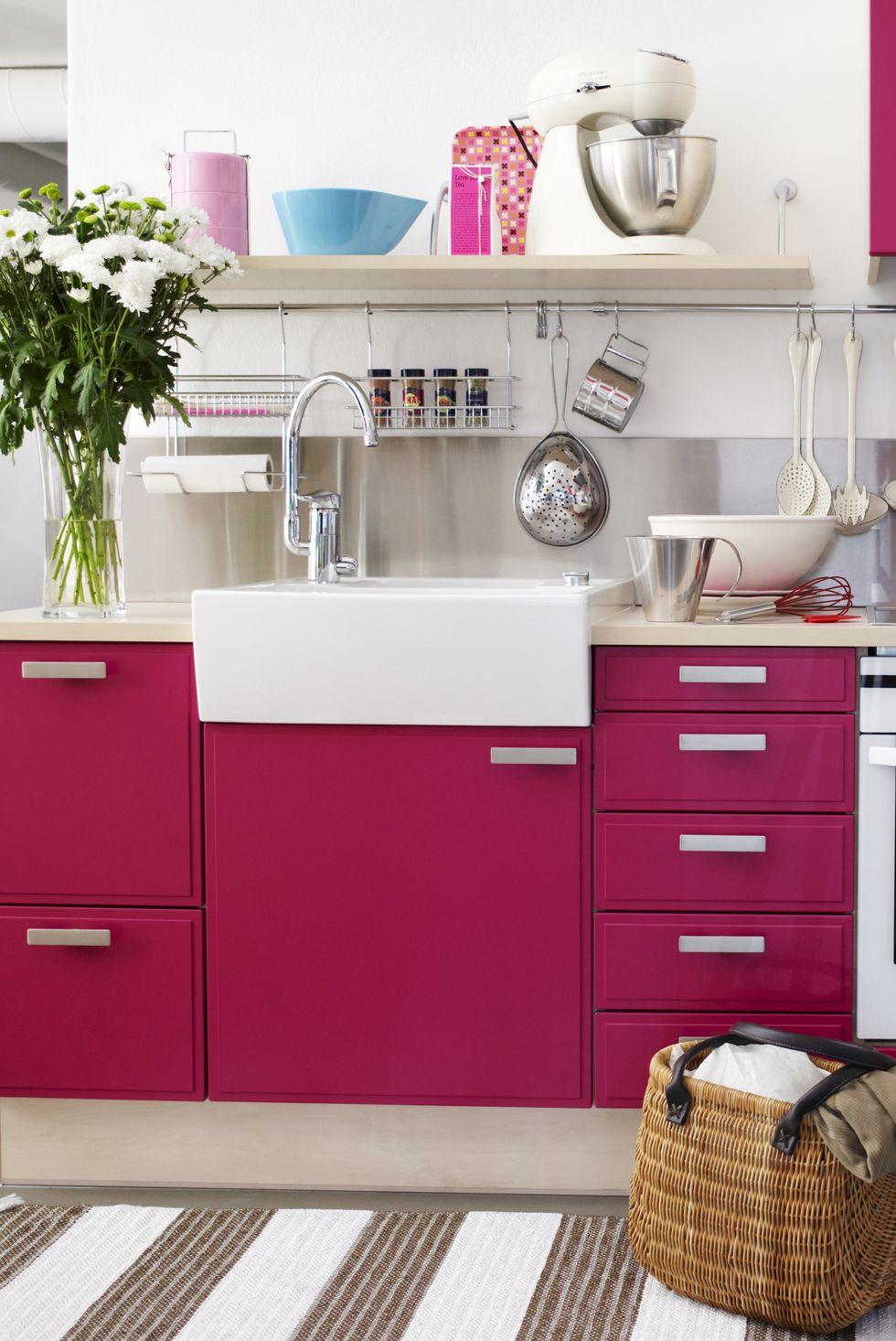 Malte rosa fronter på kjøkkenet