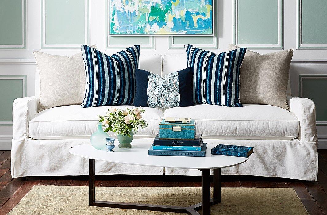 Sofa med en liten, dekorativ pute
