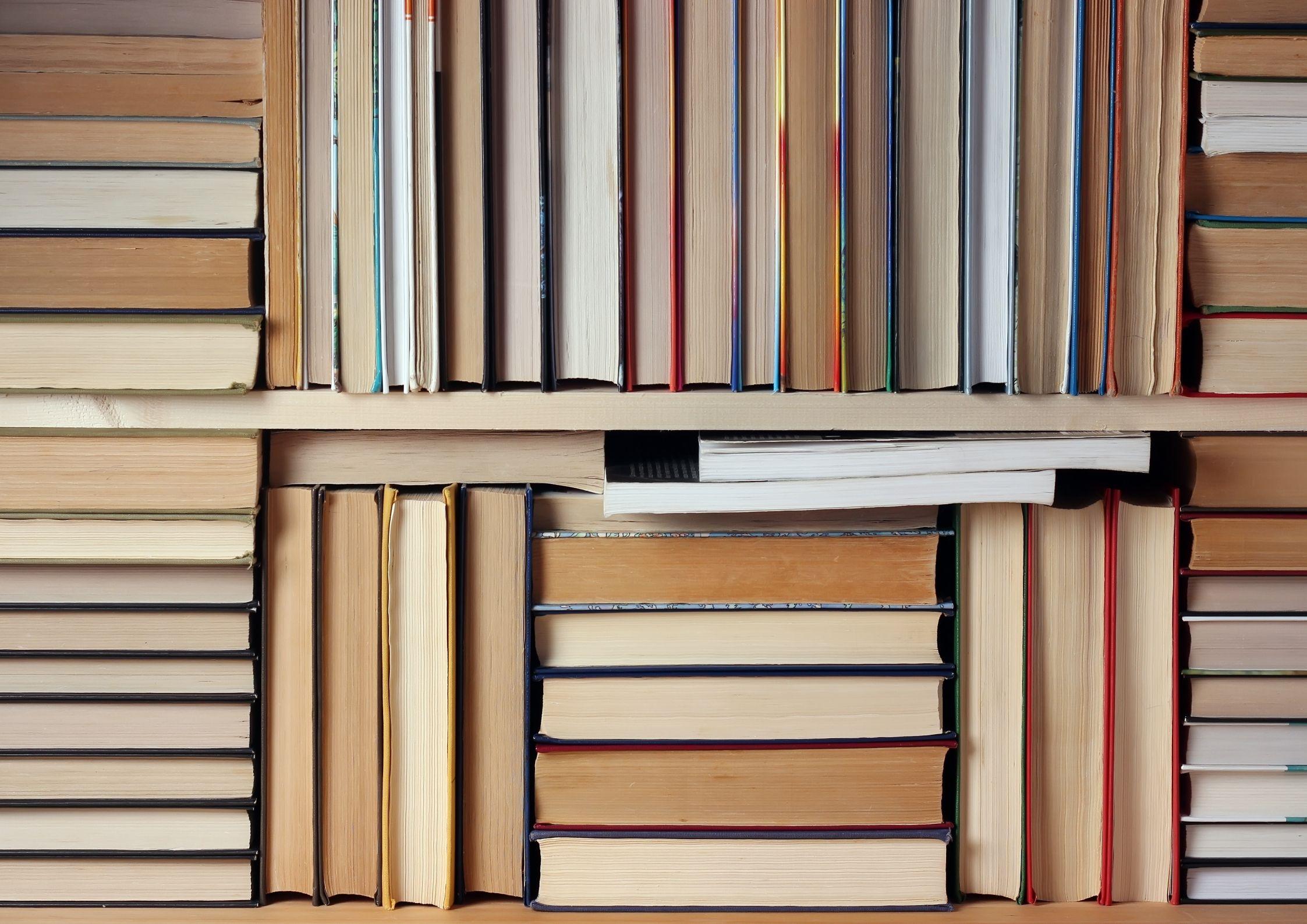 Bøker i en bokhylle
