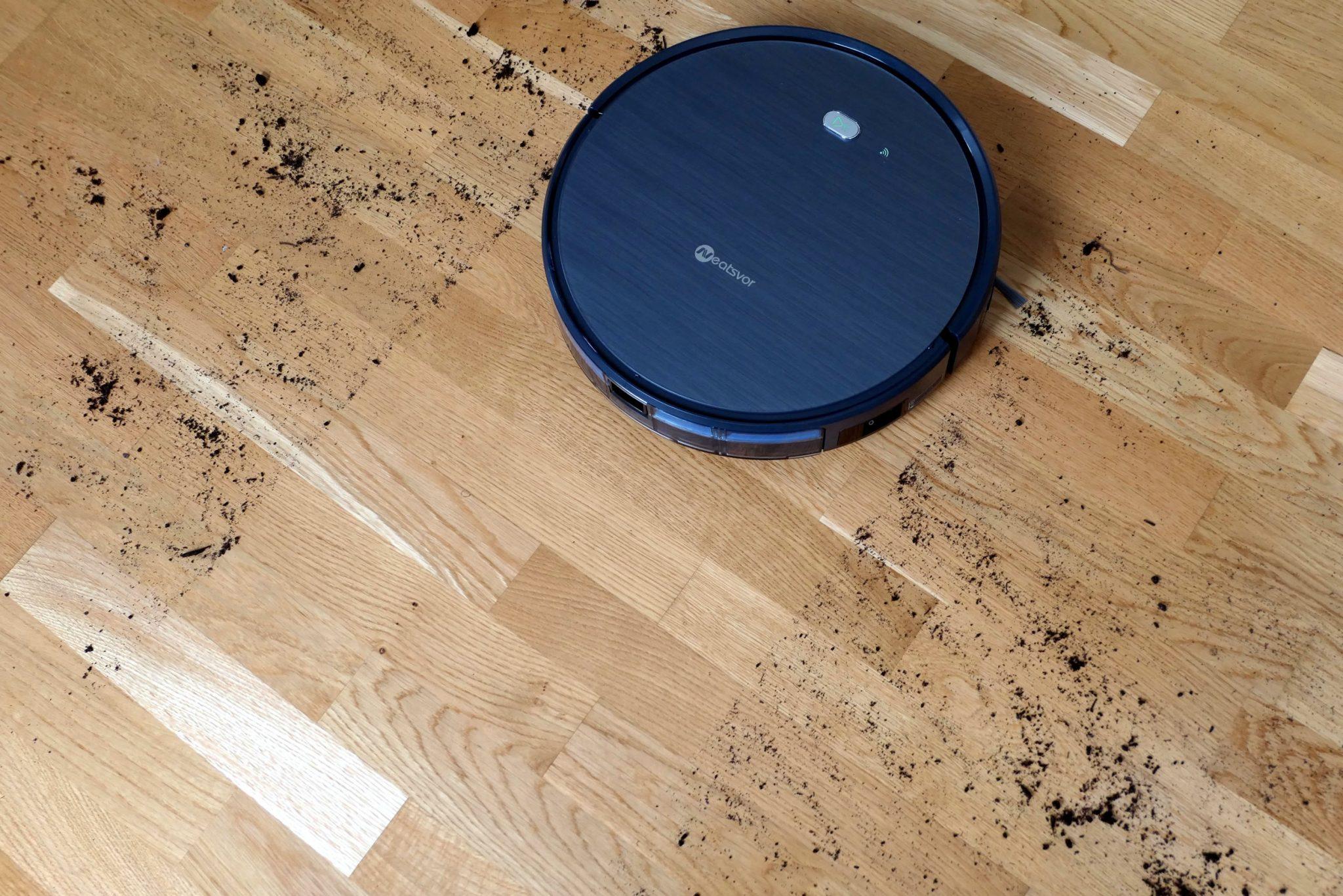 Neatsvor X500 rengjør på et skittent gulv